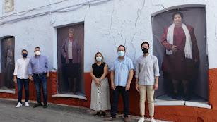 El pintor Andrés García Ibáñez, el alcalde y los concejales inauguran la exposición callejera 'OlulArte'