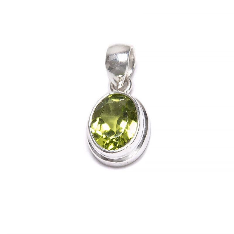 Peridot litet ovalt hänge med slät silverinfattning