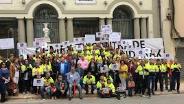 Trabajadores de 'Cemex' y responsables políticos en el acto celebrado esta mañana en el Ayuntamiento.