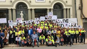 Trabajadores de \'Cemex\' y responsables políticos en el acto celebrado esta mañana en el Ayuntamiento.