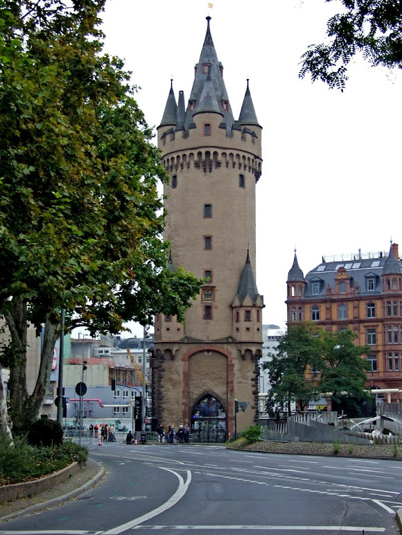 Uma torre medieval no meio de Frankfurt