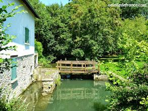 Photo: Le Ru du Châtelet dans le village de Fontaine le Port - E-guide balade circuit à vélo sur les Bords de Seine à Bois le Roi par veloiledefrance.com.