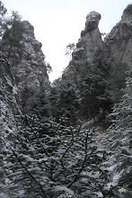 Photo: V doline panuje ticho a pokoj. Dolu, kým nezačal chodník strmo stúpať už boli stopy človeka. Potom sa otočil a už bol iba sneh nedotknutý nohami turistu