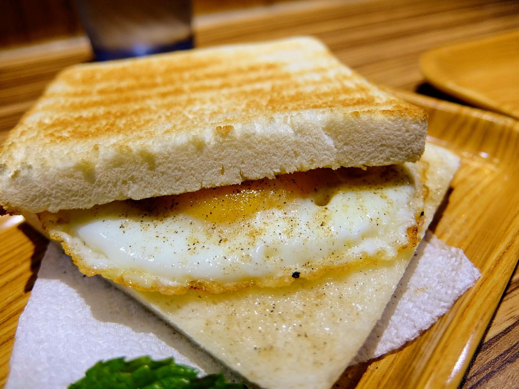 煎蛋吐司,二片土司烤的很酥脆,中間夾著半熟蛋