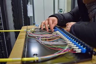 Photo: Branchement des racks fibre optique #datacenter