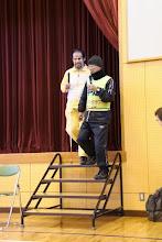 Photo: 階段で視覚障がい者を手引きする方法のデモンストレーションをする、シブジャガとウォルフィー