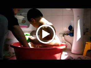 Video: baby son, warrenzh 朱楚甲, owner of warozhu.com and wozon.net, bathed at home, after tried twice with his dad, benzrad 朱子卓, in public bathroom where sinisters rampunt.
