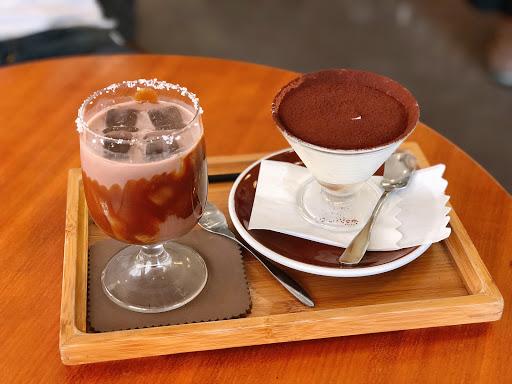悠閒的假日午茶 飲品鹽花冰漬巧克力味道好棒❤️ 像濃郁的巧克力牛奶 自製可可加焦糖糖漿杯緣是法國鹽之花 甜品是假日限定提拉米蘇 有點酒味! 空間大沒有限時 舒服的享受時光😌😌