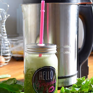 Morning Green Smoothie With Kale, Spinach And Apple.