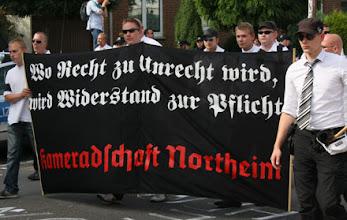 Photo: Den rechten Nazi hat Mutti besonders fein gemacht.