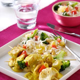 Kipspiesen Met Paprika, Broccoli, Kerrieroomsaus En Rijstsalade