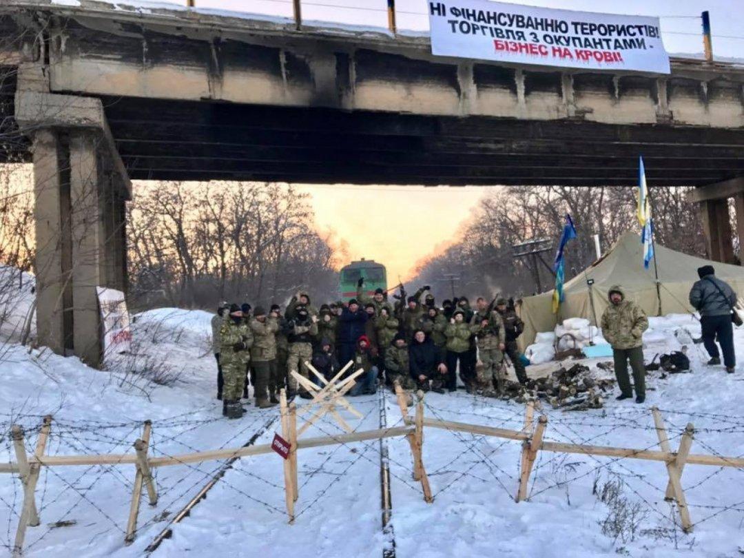 Блокада Донбасу: ветерани АТО перекрили залізницю на Донбасі
