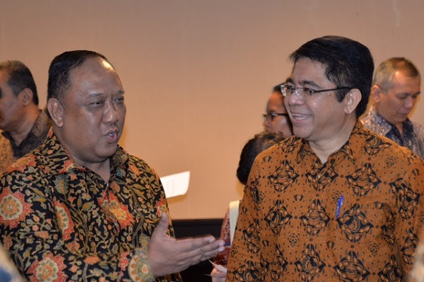 The outgoing head of Indonesia's State Intelligence Agency (BIN), Marciano Norman (left), talks with the head of the Indonesian investment board, Franky Sibarani, at the signing of a agreement between the two institutions in Jakarta on March 31. Photo: BIN