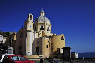 Photo: Sur la route de l'abbaye San Michele Arcangelo on trouve cette jolie petite église maritime.
