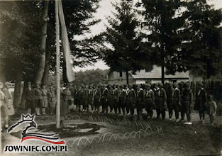 """Photo: Łoszniów 1930 r. """"Baczność! Flaga na maszt!"""" (Dar Zofii Pietraszko-Koch, Bielsko-Biała 1987 r.)."""
