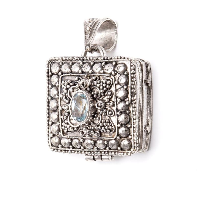 Medaljong, hänge i silver med blå topas