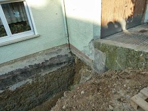 Photo: Garagenwand, man beachte , sie ist nicht weit in den Boden rein......sieht man später noch besser.