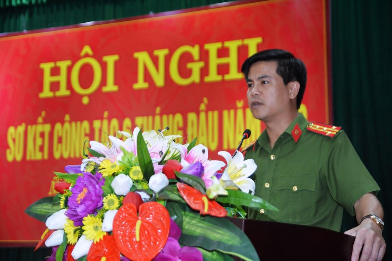 Đại tá Nguyễn Đức Hải, Phó Giám đốc Công an tỉnh biểu dương và chúc mừng thành tích xuất sắc mà tập thể Phòng Cảnh sát PCCC&CNCH đã đạt được trong thời gian qua