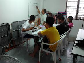 Photo: นับถอยหลังอีก 197 วันสอบเตรียมทหาร ... เด็กผู้ชายอายุระหว่าง 14-17 ปีในประเทศไทยมีนับล้านคน แต่ตอนนี้มีเด็กจำนวนหนึ่งที่กำลังอ่านหนังสือเพื่อสอบเตรียมทหารในอีก 197 วันข้างหน้า {15 กันยายน 2555}