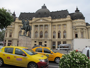 Photo: Rou3S109-151001Bucarest, place Révolution, bibliothèque universitaire, statue Carol 1er, taxis IMG_8590