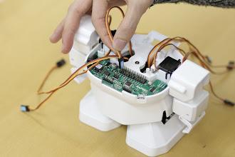 Photo: 組立てたサーボモータを基板に接続していきましょう。