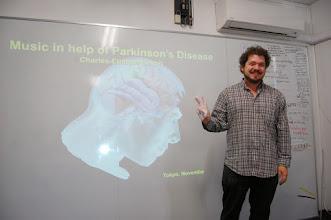 Photo: Charles présente l'impact des stimulis rythmiques sur les patients atteints de parkinson