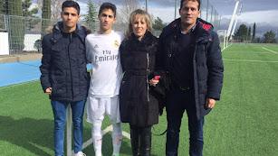 Luis Casas con su familia en Valdebebas.