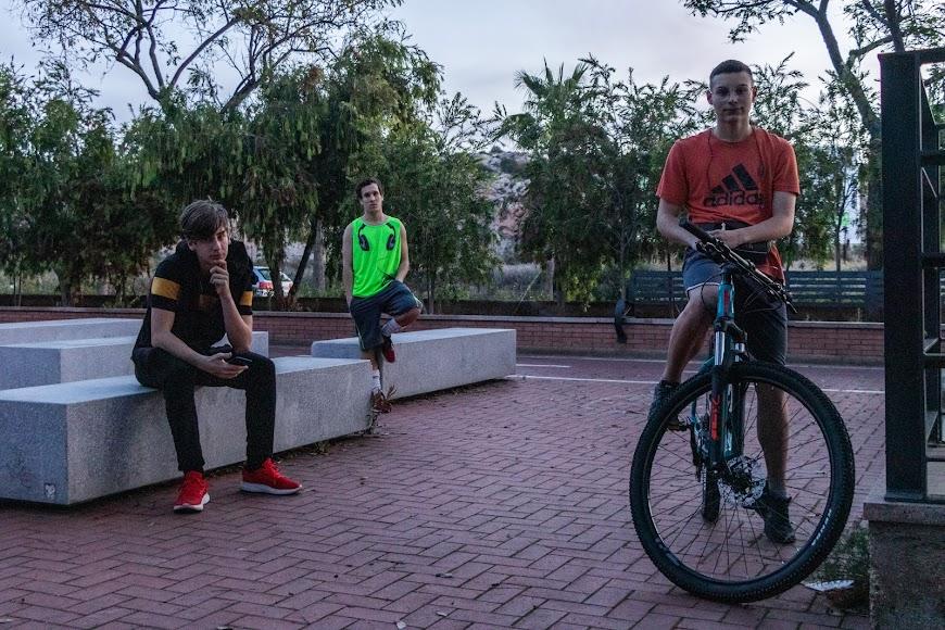 o Carlos (21 años), Juan Diego (15 años) y Daniel (15 años).