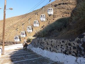Photo: Pour se rendre à l'ancien port d'où partent les excursions vers les îles, on a le choix entre le mulet et la télécabine