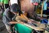 Indonésie. Cours de cuisine de Bali. Marché aux poissons de Jimbaran - préparation de poisson