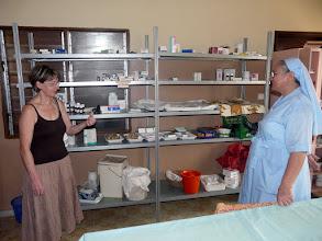 Photo: la sommaire pharmacie, avec les seuls médicaments génériques, insuffisants depuis l'interdiction aux ONG françaises de fournir des MNU ( médicaments non-utilisés que nous leur fournissions depuis 20 ans )