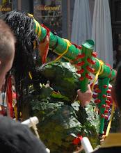 Photo: Pour soutenir la queue, les Hommes de Feuilles utilisent des massues vertes garnies de pointes rouges .