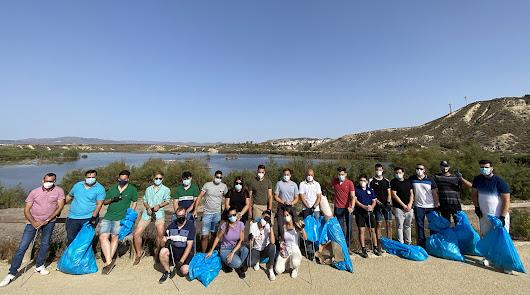 Casi 30 jóvenes de la provincia recogen residuos en El Salar de los Canos