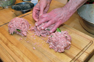 Photo: dividing the well-kneaded and well-mixed pork mixture
