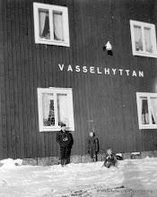 Photo: Järnvägsstationen i Vasselhyttan. Åke Karin och Kerstin 1949