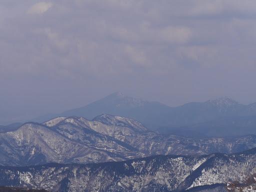 日野山(中央左)