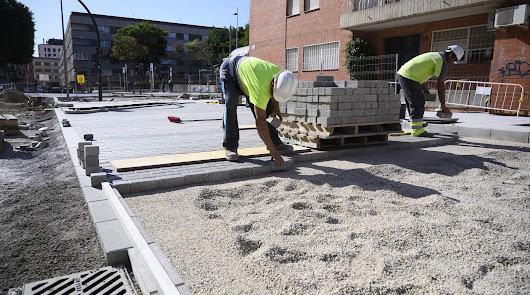 Operarios trabajan en las obras de la calle Santiago.
