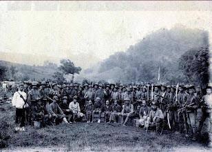 Photo: La Pawawoi Arung Segeri, Raja Bone (1895-1905) dalam keadaan luka pada kaki sebelah kiri ketika ditangkap disebuah hutan di Bulu Awo (239 km utara Makassar) daerah Pitumpanua, Wajo pada tanggal 18 Nopember 1905. Dalam foto, La Pawawoi (duduk di tengah) didampingi tiga orang perempuan dari keluarganya sedang dikelilingi tentara KNIL yang bersenjata lengkap yang akan diantar ke Makassar melalui pelabuhan Parepare. Di belakang La Pawawoi adalah Letnan Carel Hendrik Eilers (1870-1959), Di kanan di sebelah kanan Eilers adalah Sersan Marks. https://nurkasim49.blogspot.co.id