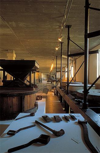 Photo: Tolva y herramientas de molinero