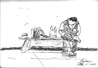 Photo: 看書報2011.02.05鋼筆 炊場的收容人打完飯菜,趁著收厨餘的空檔,翻個書報。