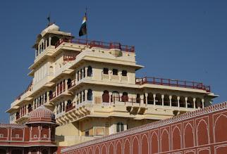 Photo: Jaipurin maharadjan palatsi - edelleen hänen asuntonaan käytössä (huomaa lippu salossa)