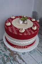 Photo: torta-scatola ecru e rossa, 26 cm