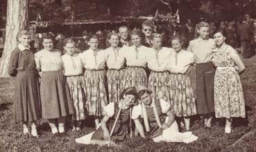 Photo: Táncos lányok az 1950-es években, kastélypark, Csicsó Fent:Fent: Győri István és Veselovsky Lojzo, balról jobbra: Gulyás Edit-Komjáthiné, Németh Ida-Öllősné, Szalai Margit-Belákné, Magyarics Valéria-Tarcsiné, Črep Irena, Mydliar Irena, Ádám Margit-Nagyné, Kovács Mária-Ottné-Szalainé, Ádám Terézia-Molnárné, Borsicky Erzsébet-Liskáné Décsi Éva-Félné, Décsi Ilonka-Mezőné