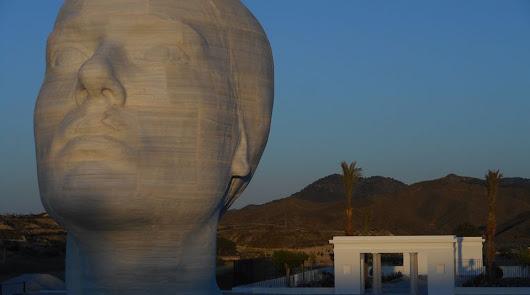 Monumento de Antonio López e instalaciones exteriores del museo.