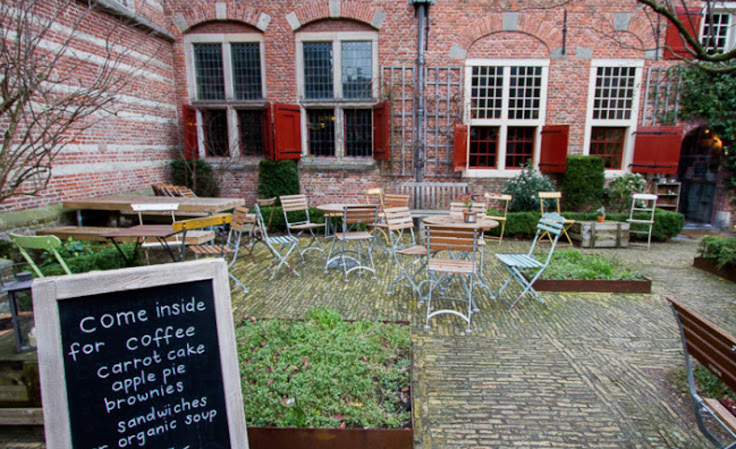 The pleasant courtyard outside of De Koffieschenkerij.