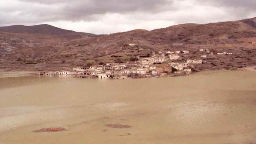 El pueblo de Benínar desapareció en 1983, cuando fue inundado por el agua del embalse. Foto de Ecologistas en Acción