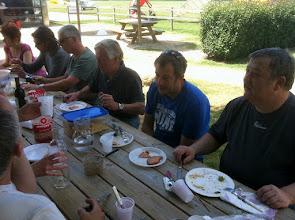 Photo: Repas entre copains pilotes avec ces dames. Certains sont fatigués...