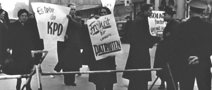 Demonstranten mit Plakaten: «Es lebe die KPD», «Freiheit für unsere Patrioten».