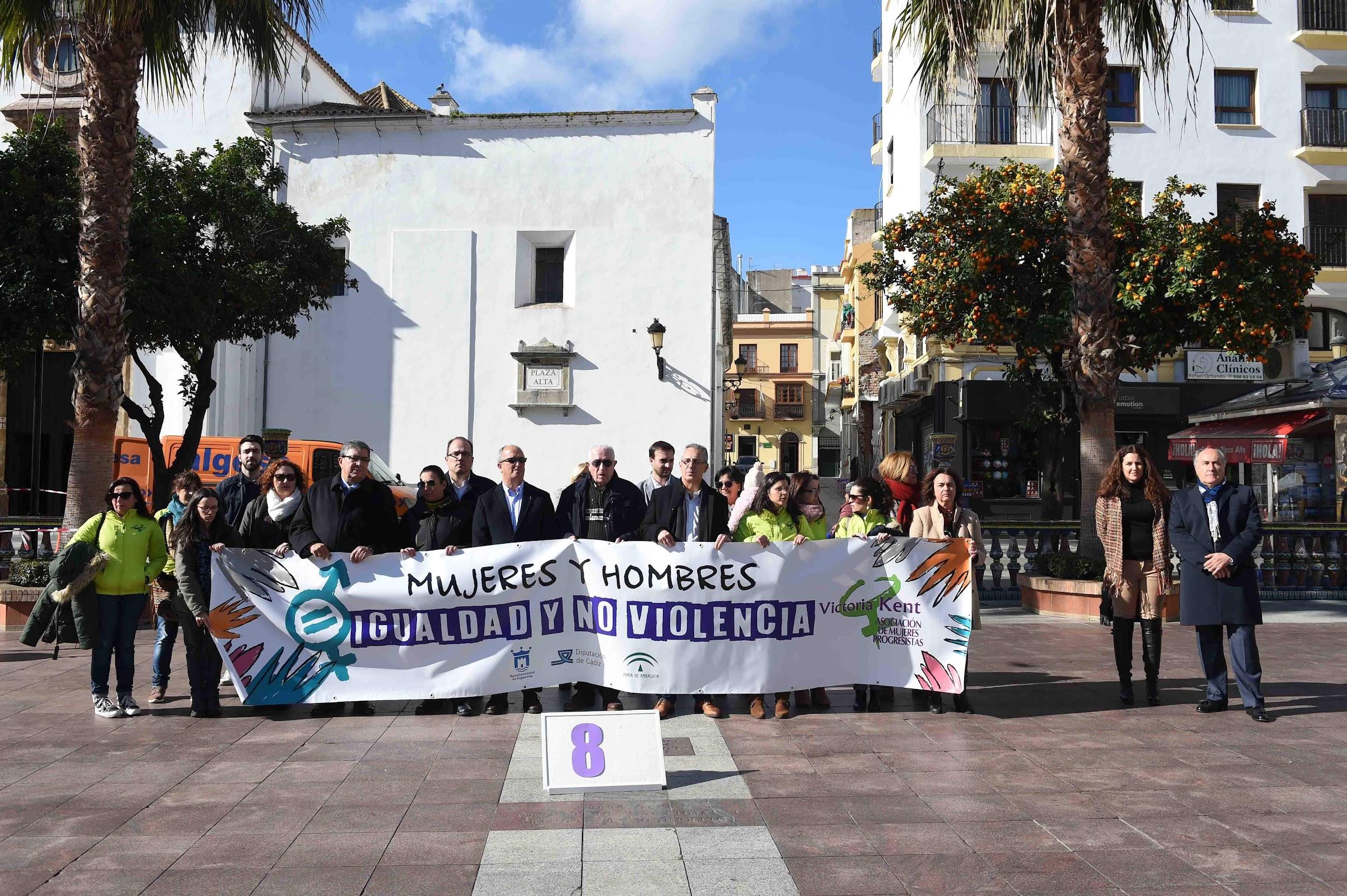 """La Asociación """"Victoria Kent"""" celebra una concentración en memoria de las víctimas de la violencia de género."""