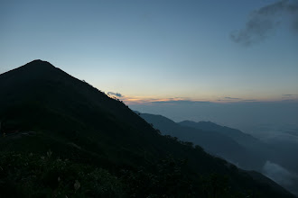 朝日は見られず(左に岩小屋沢岳)